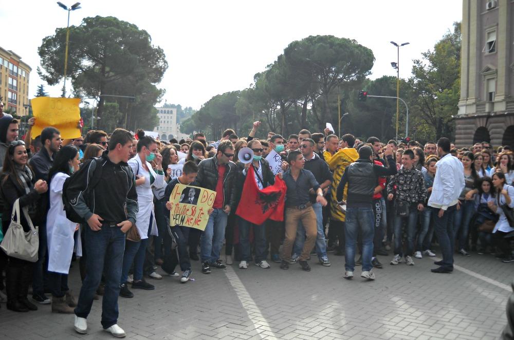 manifestazione_tirana_armi