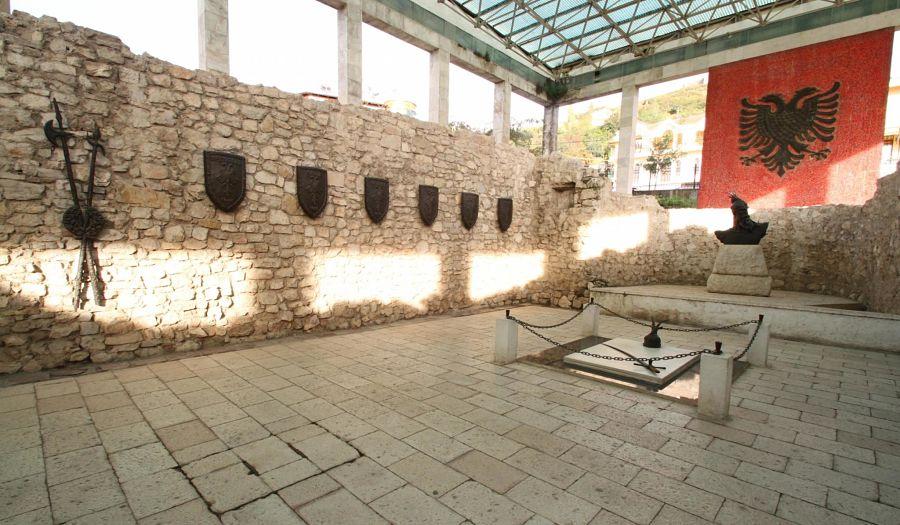 La tomba commemorativa di Scanderbeg